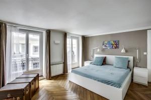 Grande chambre double avec parquet ancien