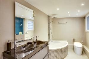 Salle de bain moderne avec baignoire et double vasque