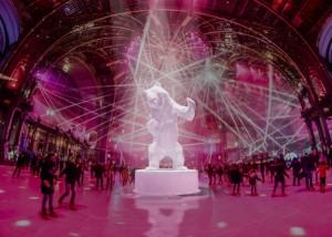 Patinoire du Grand Palais avec l'imposante statue de Richard Orlinski