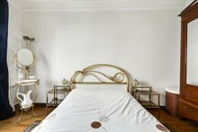 Romantic couples getaway in 3 room flat with 2 bedrooms for 2 or 4 at Abbesses, Paris 18th