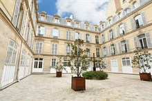 Couples getaway in luxury 1 bedroom apartment in Paris 8th arrondissement near Champs-Élysées and George-V in Triangle d'Or