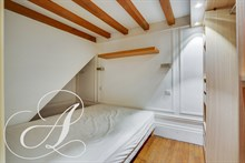 Monthly accommodation for 4 to 6 in luxurious furnished 2-bedroom flat near between Montmartre & Grands Boulevards, Paris IX