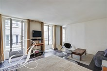 Spacious studio to rent monthly in mid short terms lease 8th district in Paris