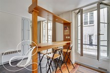 Mobility contract rental of a large furnished studio in the Golden Triangle in Paris 8th district
