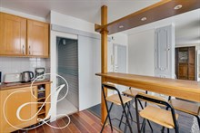 Spacious studio for 2 peoples to rent in mid terms contract close to the Champs Elysees Paris 8th district