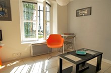 Studio flat comfortably sleeps 2, available for weekly or monthly stays in the Triangle d'Or, Paris 8th