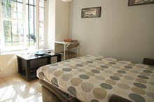 Studio with plenty of space for 2 in the Triangle d'Or, Paris 8th, furnished and available for short-term stays