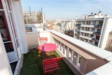 Short-term 2-room accommodation for 3 w/ large balcony in Saint Mandé, 15 minutes from Paris' Marais