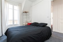 2-room furnished apartment w/ balcony available for weekly vacation rental in Saint Mandé, access to Paris on line 1