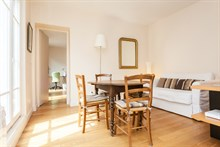 Weekly rental of a spacious 2-room apartment for 4 with long balcony on rue de Courcelles, Paris 17th