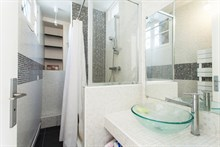 Weekly rental of a spacious 2-room apartment w/ balcony on rue de Courcelles, Paris 17th
