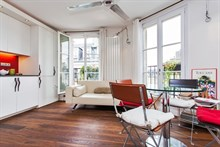 spacious studio to rent short term sleeps 3 in the heart of the Marais Paris 4th