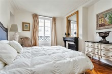 Short-term holiday rental for 4 in turn-key flat w/ 3 rooms at Hotel de Ville, Paris 4th