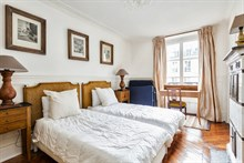 Furnished accommodation for 4 in spacious 3-room, 2-bedroom flat available for rent by week or month, Hotel de Ville, Paris 4th