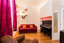 Short-term lodging in luxurious flat between Montmartre & Grands Boulevards in Paris 9th district, furnished, comfortably sleeps 4 w/ 3-rooms