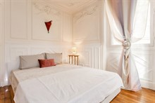 Romantic monthly vacation rental, turn-key 2-room w/ double bed and couch in Village d'Auteuil, Paris 16th