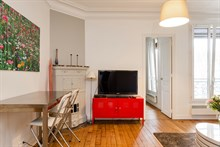 Short-term apartment rental for 4 w/ fold-out couch in living room, Montmartre Paris 18th