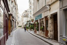 To rent for 4 monthly furnished apartment in the Latin quarter Paris