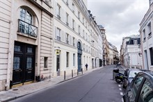Business stays in 1-person studio with TV, wifi and work desk, Paris 7th, near Bon Marché