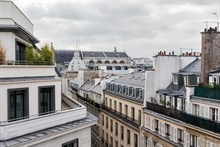 Short-term lodging in luxurious 2-room flat near Boulevard Houseman in Paris 9th district, furnished