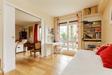 Short-stay flat rental for 2 guests with 4 rooms and terrace, Near Paris