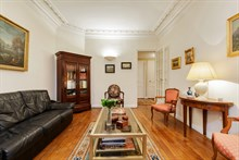 Distinctive 1-bedroom flat for 4 guests with extra privacy, Passy, Paris 16th