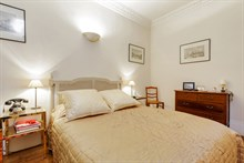 Romantic getaway in 2-person apartment in Paris 16th with spacious bedroom, weekly stays