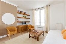 Weekly rental of spacious, furnished 2-room apartment Commerce quarter, metro Motte-Picquet-Grenelle, Paris 15th