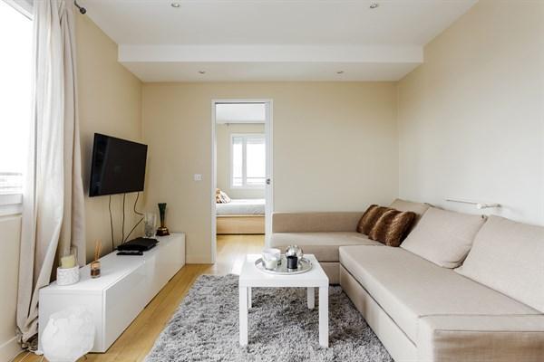 la reine f2 pour 2 ou 4 avec grande terrasse deux pas du pont de saint cloud boulogne my. Black Bedroom Furniture Sets. Home Design Ideas