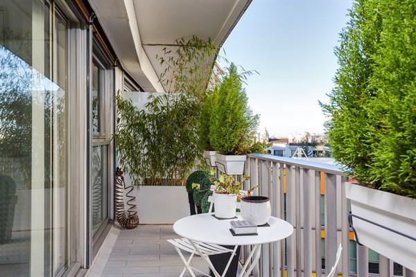 l 39 alc ve studio design pour 2 personnes avec balcon. Black Bedroom Furniture Sets. Home Design Ideas