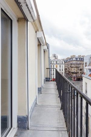 gobelins f2 refait neuf pour 4 avec balcon filant et vue panoramique aux gobelins paris. Black Bedroom Furniture Sets. Home Design Ideas