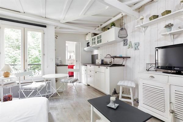 lepic studio moderne sur cour arbor e aux abbesses pour 2 personnes paris 18 me my paris agency. Black Bedroom Furniture Sets. Home Design Ideas
