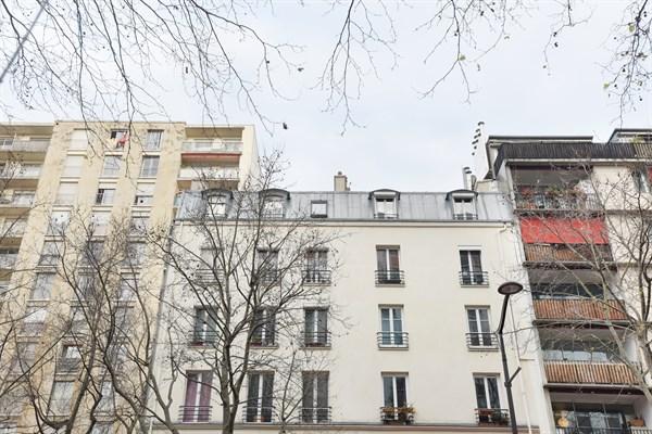 Le loft grand loft louer deux pas des buttes for Location appart hotel au mois