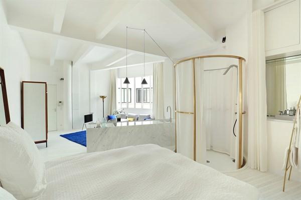 lucien sampaix loft design pour 2 personnes deux pas de r publique paris 10 me my paris agency. Black Bedroom Furniture Sets. Home Design Ideas