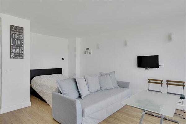 edgar grand studio meubl avec vue au 12 me tage. Black Bedroom Furniture Sets. Home Design Ideas