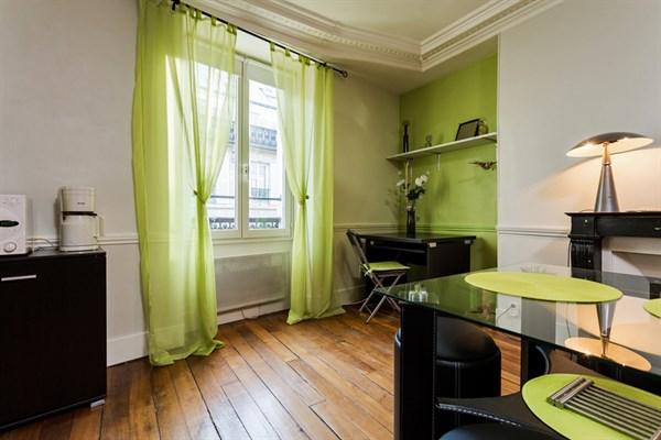 le delta appartement de 2 pi ces design pour 4 personnes dans le quartier d 39 anvers paris 9 me. Black Bedroom Furniture Sets. Home Design Ideas