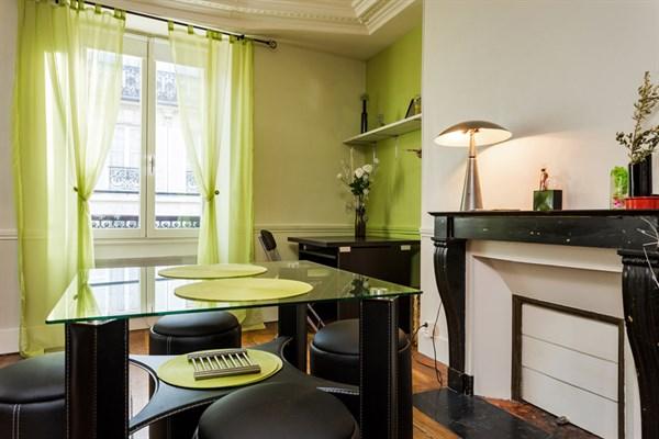 le delta appartement de 2 pi ces design pour 4 personnes. Black Bedroom Furniture Sets. Home Design Ideas