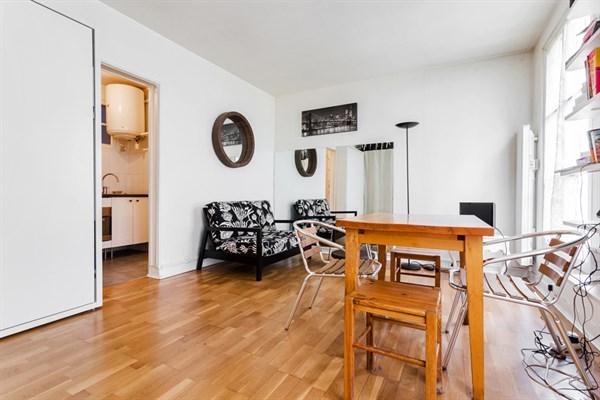 les batignolles spacieux studio pour 2 au coeur du. Black Bedroom Furniture Sets. Home Design Ideas