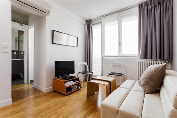 les rosiers studio moderne avec balcon filant et vue imprenable dans le marais paris 3 me. Black Bedroom Furniture Sets. Home Design Ideas