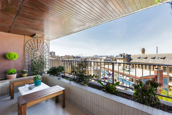 le parisien f2 en face de montparnasse avec une superbe terrasse et vue tour eiffel paris. Black Bedroom Furniture Sets. Home Design Ideas