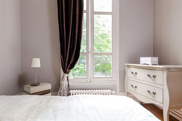 t l graphe appartement de 2 pi ces pour 2 la d coration raffin e gambetta paris 20 me my. Black Bedroom Furniture Sets. Home Design Ideas