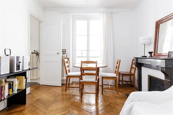 Claude superbe appartement de 2 chambres typiquement for Chambre a louer paris 17