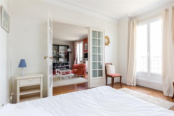 Eiffel splendide appartement de 2 chambres avec balcon for Chambre a la semaine paris