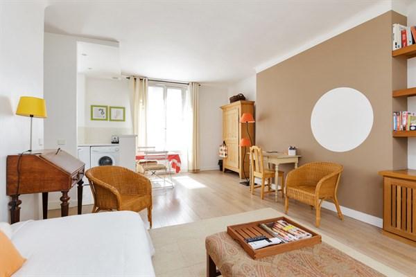 le violet magnifique appartement de 2 pi ces raffin rue du commerce paris 15 me my paris. Black Bedroom Furniture Sets. Home Design Ideas