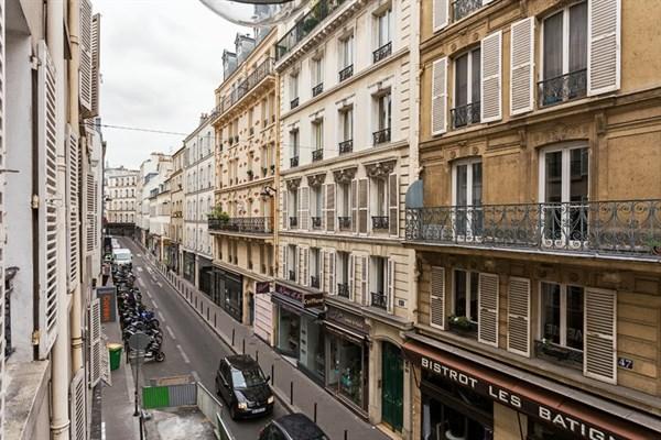 Les dames moderno appartamento in via des dames nel for Quartiere moderno parigi